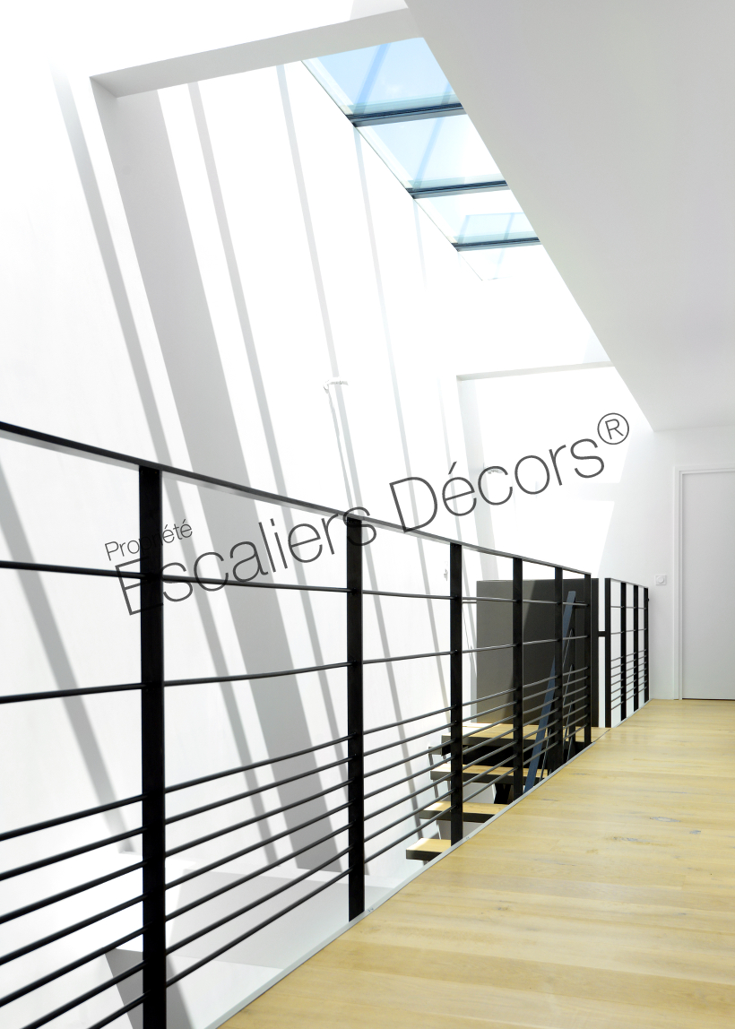 escalier sur limon central escaliers d cors. Black Bedroom Furniture Sets. Home Design Ideas