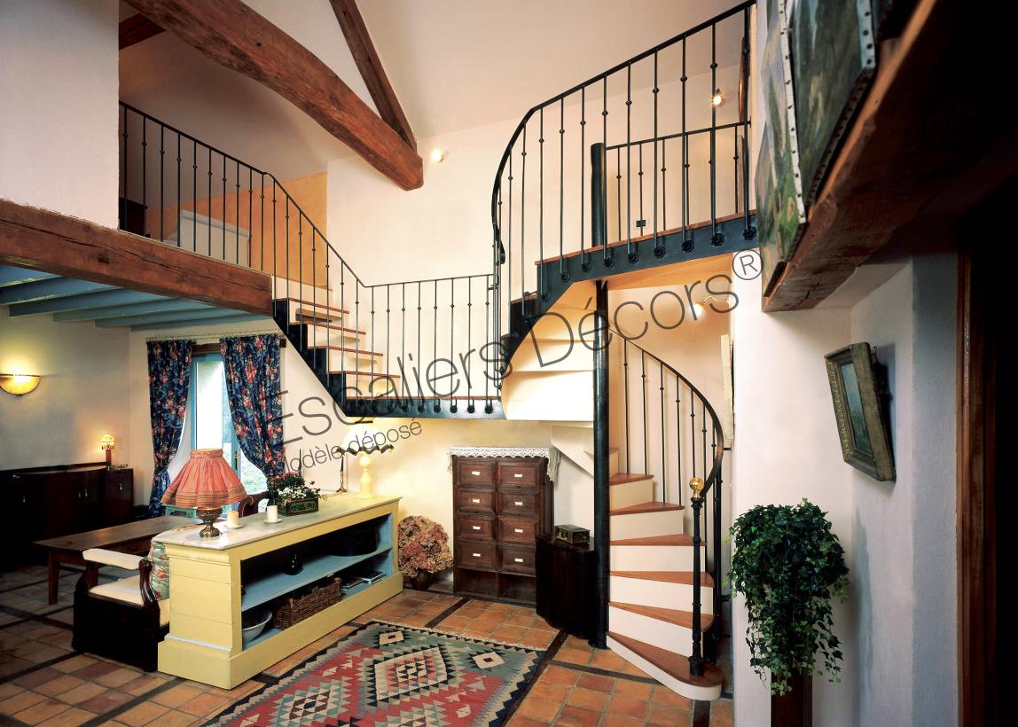 Escalier En Colimaçon Métal Et Bois Pour Une Décoration Classique De  Caractère. Afin De De Desservir Les 2 Côtés Des Combles Du0027une Maison De  Campagne ...