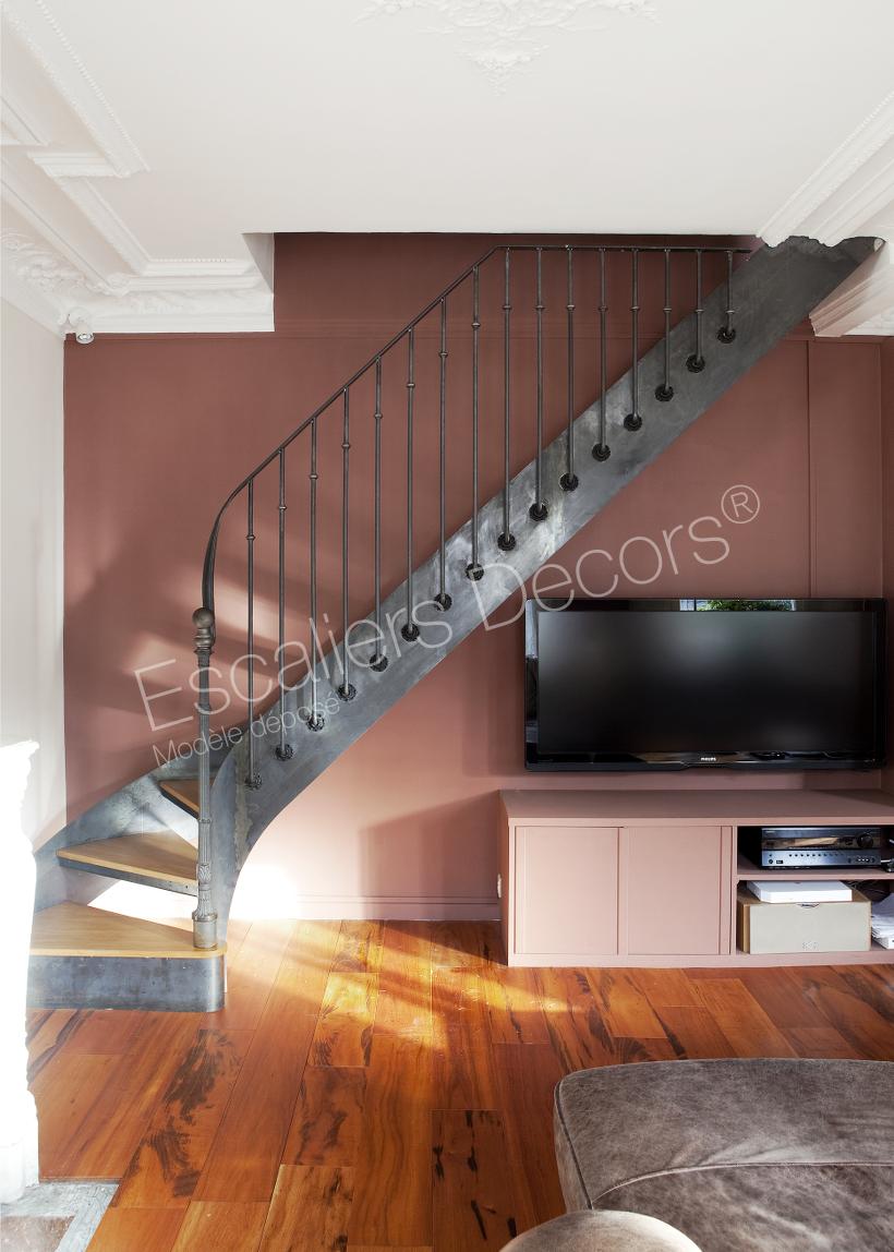 escalier interieur bois escalier intrieur en bois avec billes et fentre image de with escalier. Black Bedroom Furniture Sets. Home Design Ideas