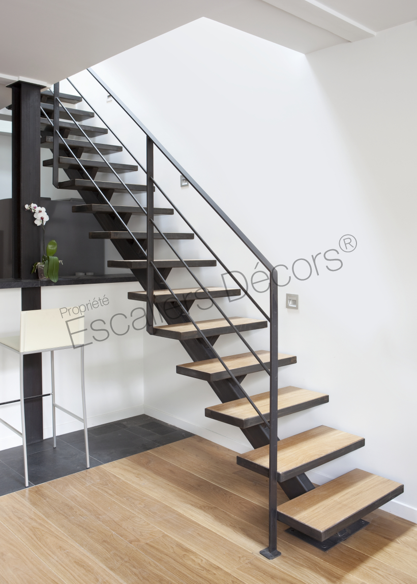 escalier sur limon central escaliers d cors. Black Bedroom Furniture Sets. Home Design Ideas