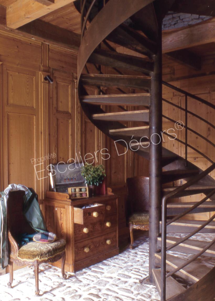 Charmant Escalier Hélicoïdal Du0027intérieur Métal Et Bois Installé Dans Une Maison En  Bord De Mer. Marches Caisson Recevant Un Plateau Bois Massif.