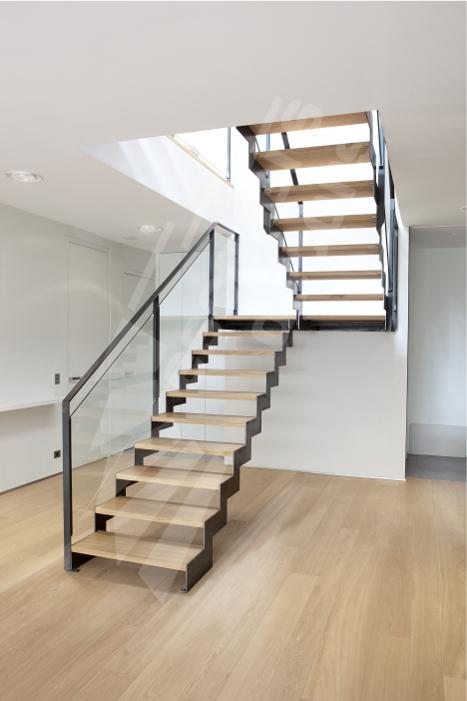 Escalier dintérieur design en métal bois et verre pour un intérieur contemporain type loft marches type plateau bois sur cornière